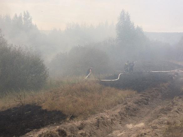 На Черкащині вже третій день ліквідовують пожежу на торфосховищі