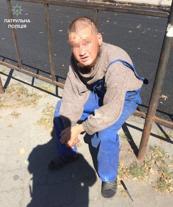 У поліції повідомили, як можуть покарати безхатька, який у центрі Черкас напав на жінку з дитиною