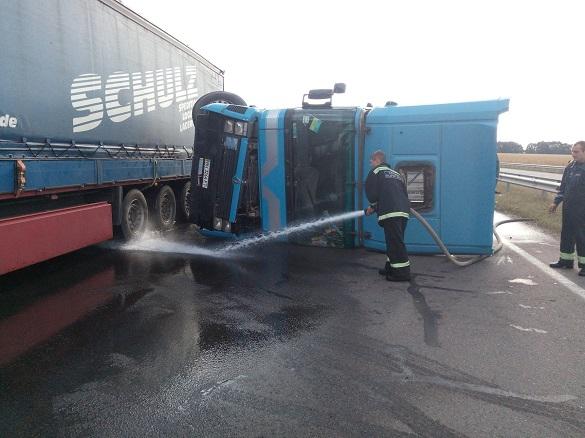 На Черкащині сталася ДТП: перекинулася вантажівка, є постраждалий (ФОТО)