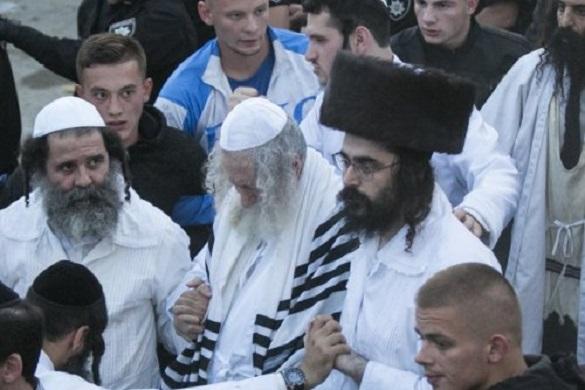 Розгойдували та ламали автівки: що виробляли хасиди, зустрічаючи рабина Еліезера (ФОТО, ВІДЕО)