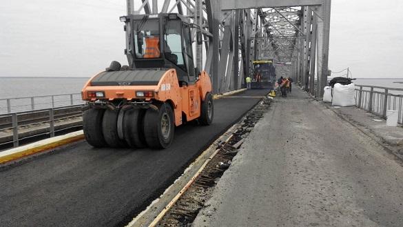На мосту через Дніпро розпочалися роботи із облаштування нижнього шару асфальту