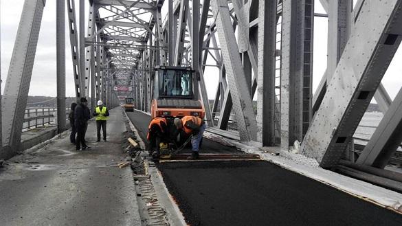 На мосту через Дніпро закінчилися роботи із укладання асфальту на правому проїзді (ФОТО)