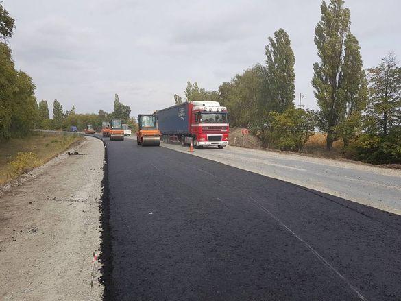 На дорозі державного значення у Кам'янському районі поклали новий асфальт (ФОТО)