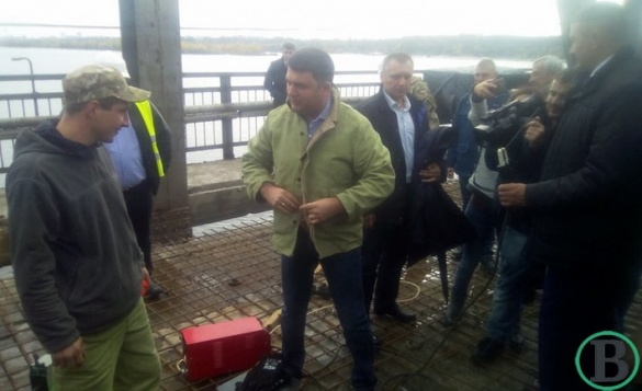 Не витримав: у Черкаській області Прем'єр-міністр власноруч почав ремонтувати міст через Дніпро (ФОТО)