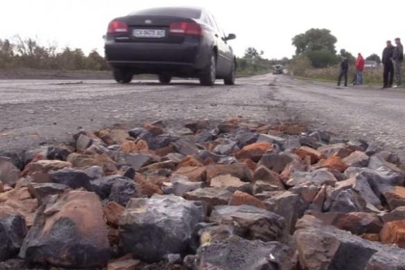 Гройсман туди не доїхав: на Черкащині люди ремонтують дороги битою цеглою