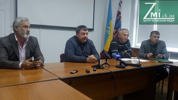 Черкаські депутати звернулися до Лютого та Овчаренка через Бінусова та землі на Митниці