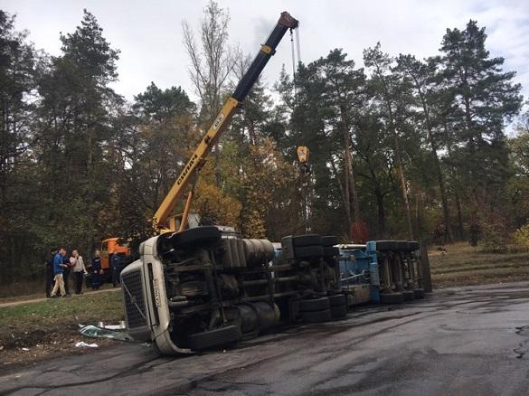 На черкаському мосту перекинулася вантажівка з добривами (ФОТО)