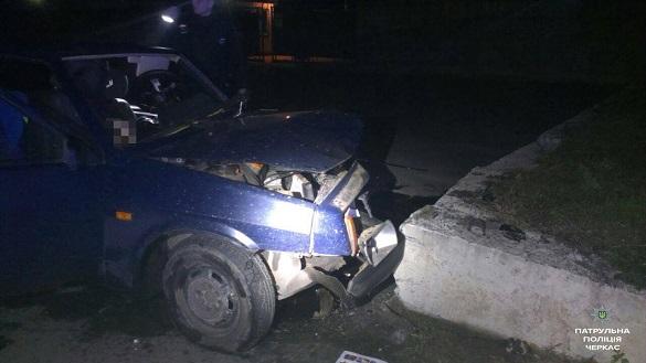В'їхав у бордюр: у Черкасах сталася смертельна ДТП (ФОТО)