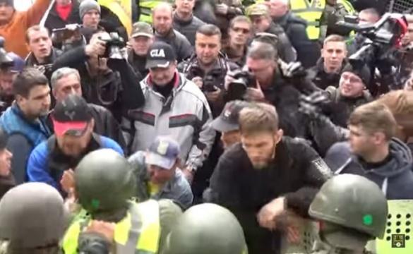 Руками і ногами: черкащанин у Києві відлупцював поліцейського (ВІДЕО)
