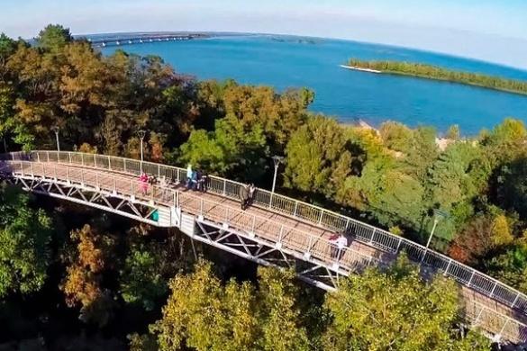 У черкаському парку сталася смертельна трагедія: із мосту впала жінка