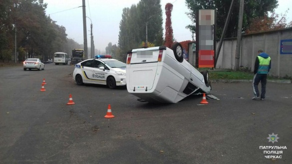 У Черкасах через ДТП перекинуло машину (ФОТО)