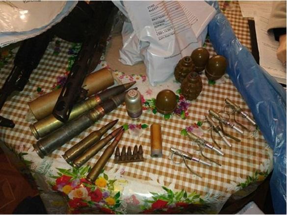 У черкаського волонтера вилучили арсенал набоїв та вибухівки (ФОТО)