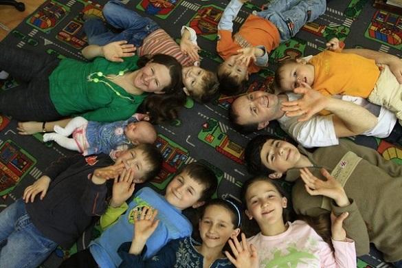 Народжують удома та навчають поза звичайною школою: родина черкащан виховує 11 дітей