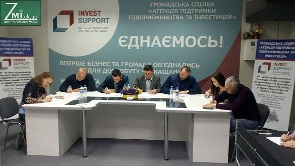 У Черкасах відомі діячі, політики та чиновники написали диктант з української мови (ФОТО)