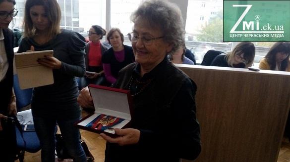 У Черкасах посмертно нагородили жінку, яка врятувала майже 90 дітей (ФОТО)