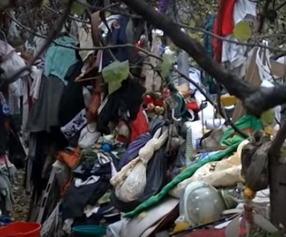 Життя у купі сміття: на Черкащині пенсіонер скаладає на своєму подвір'ї непотріб (ВІДЕО)