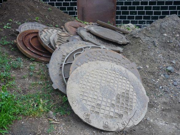 У Черкасах вандали масово крадуть каналізаційні люки