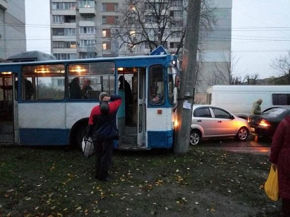 Потрійна ДТП: у Черкасах тролейбус не розминувся з двома автівками (ФОТО)
