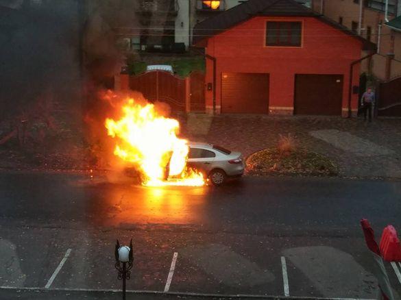 У Черкасах під час руху спалахнув легковик (ФОТО, ВІДЕО)