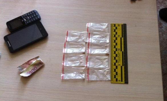 У Черкасах затримали дівчину, яка біля магазину продавала наркотики (ФОТО)