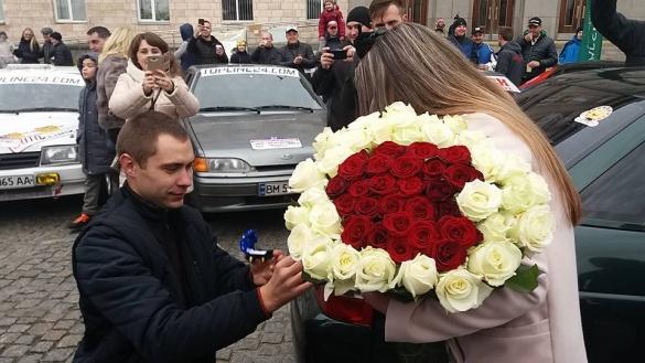 У центрі Черкас хлопець зробив своїй дівчині пропозицію (ФОТО)