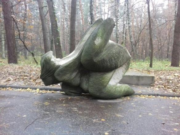 Невідомі пошкодили скульптуру в парку