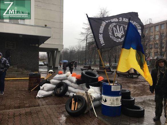 До Черкаської міськради активісти принесли шини (ФОТО)