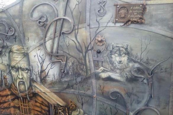 Залізні козаки та вовки: коваль із Черкащини перетворив свої ворота на войовничі картини-обереги