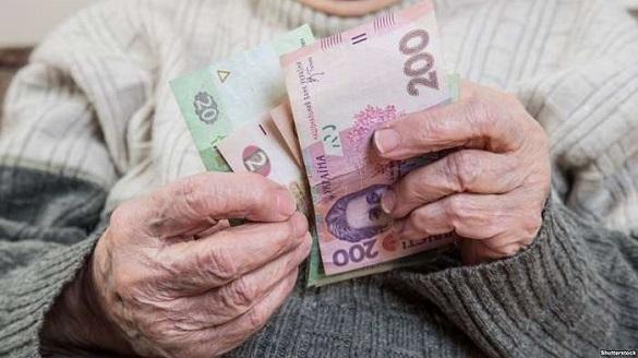 Черкащанин розплатився з бабусею з поганим зором сувенірними купюрами