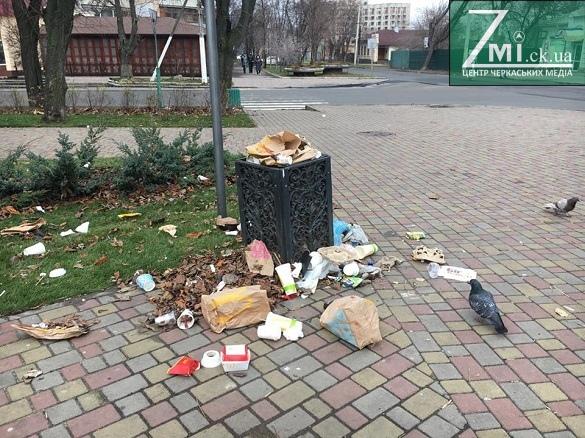 У центрі Черкас влаштували смітник (ФОТО)