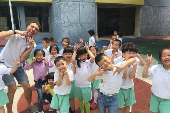 Черкаський викладач у Китаї виховує дошкільнят в українському стилі