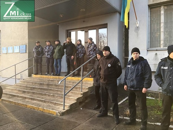У Черкасах активісти заблоковували суд та палять шини (ФОТО)