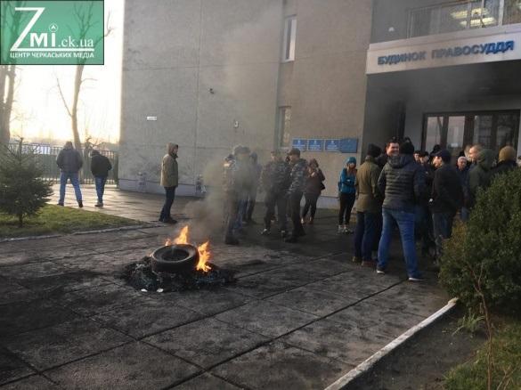 Палаючі шини біля Будинку правосуддя в Черкасах: як поліція прокоментувала протест активістів