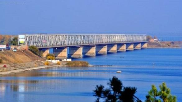 Водії вантажівок ігнорують обмеження ваги на черкаському мосту
