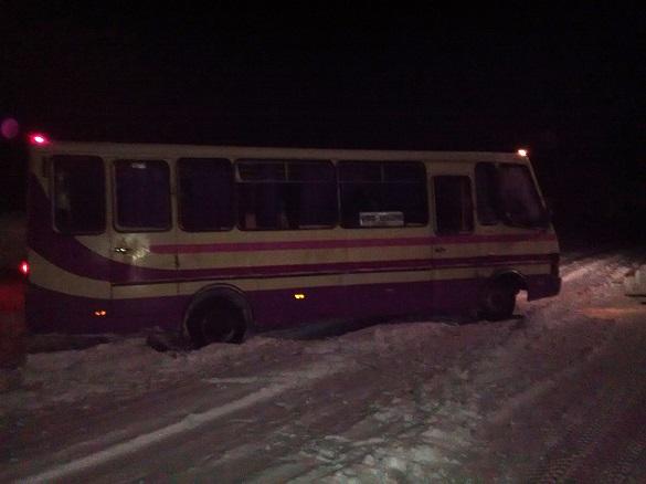 На Черкащині через ожеледицю рейсовий автобус відкинуло на узбіччя (ФОТО)