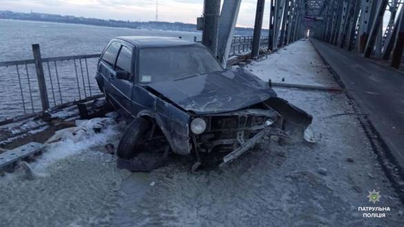 Побита машина: на черкаській дамбі сталася аварія (ФОТО)
