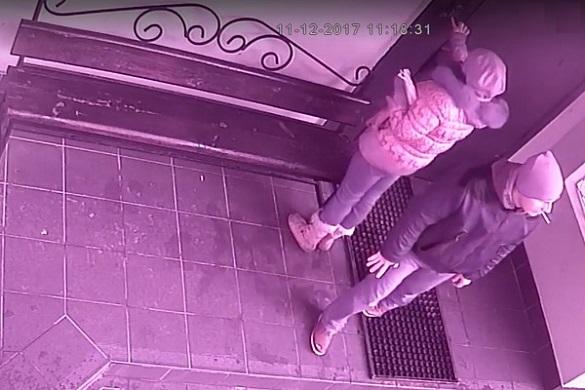 Викрали дитячий візок: у Черкасах розшукують пару злочинців (ВІДЕО)