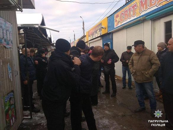 У Черкасах чоловік намагався вкрасти шапку в містянина (ФОТО)