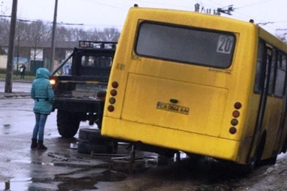 У черкаської маршрутки під час руху відпало колесо (фотофакт)