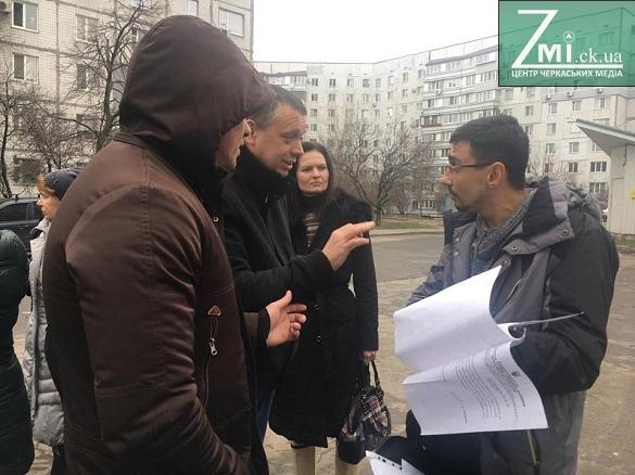 Впритул до будинку та супермаркету: в Черкасах розгорнувся скандал через сміттєвий майданчик (ФОТО)