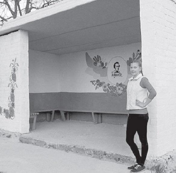 У Черкаській області школярка відреставрувала дві зупинки (ФОТО)