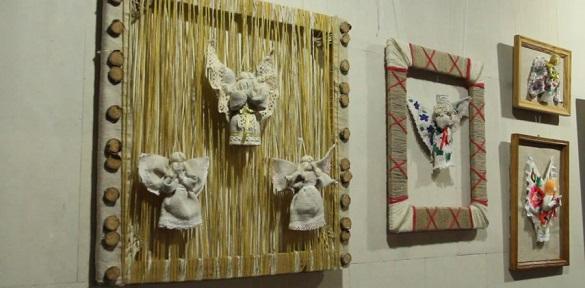 """""""На Різдво і Ангели співають"""". Новорічну виставку відкрили у Черкаському краєзнавчому музеї"""