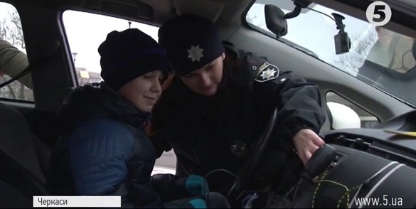 Із сиренами на патрульному авто: як поліцейські Черкас малечу розважали (ВІДЕО)
