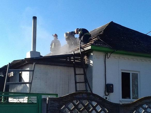Під час пожежі у житловому будинку небайдужі люди винесли з нього дитину