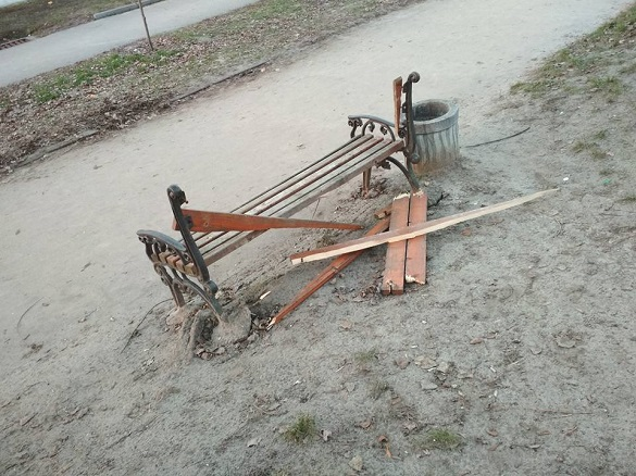 У Південно-Західному районі Черкас хулігани зламали лавку (фотофакт)