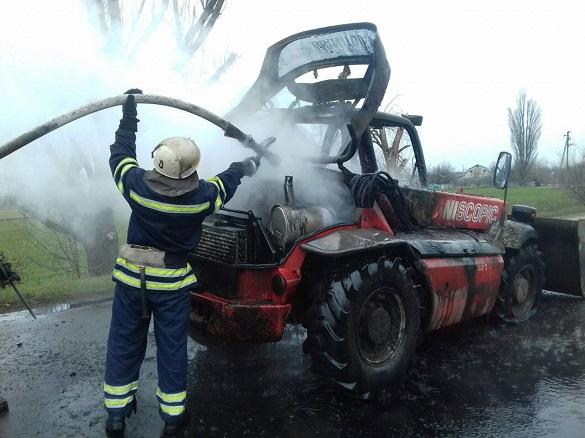 У Черкаській області на дорозі загорівся автонавантажувач