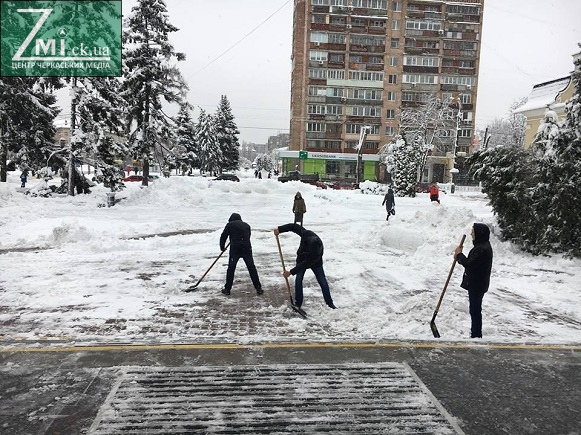 Мер Черкас закликав чиновників долучитися прибирати сніг (ФОТО)