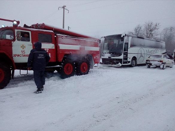 У Черкаській області у сніговий полон потрапив рейсовий автобус (ФОТО)