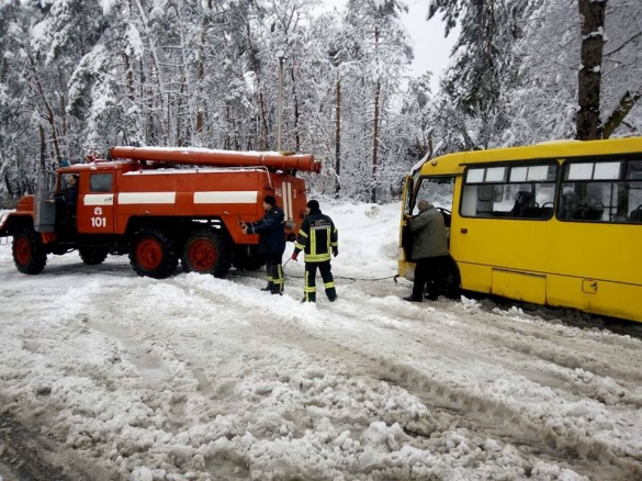 У Черкасах зі снігового полону рятували маршрутку (ФОТО)