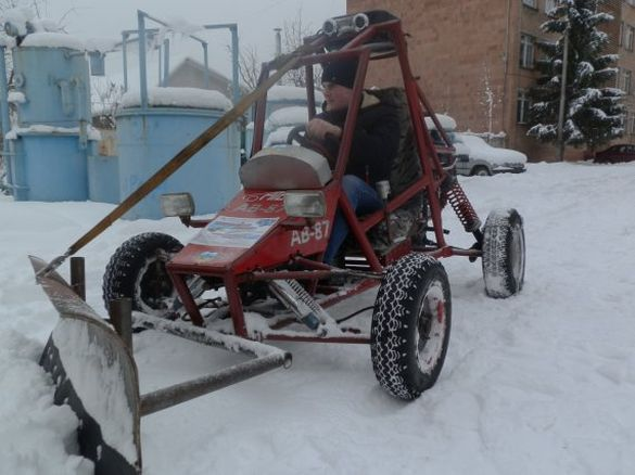 Черкаські студенти зробили унікальну машину для прибирання снігу